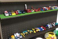 トミカ収納棚をドライバー1本でDIY!! 並べて遊べるディスプレイ棚を手作りしました