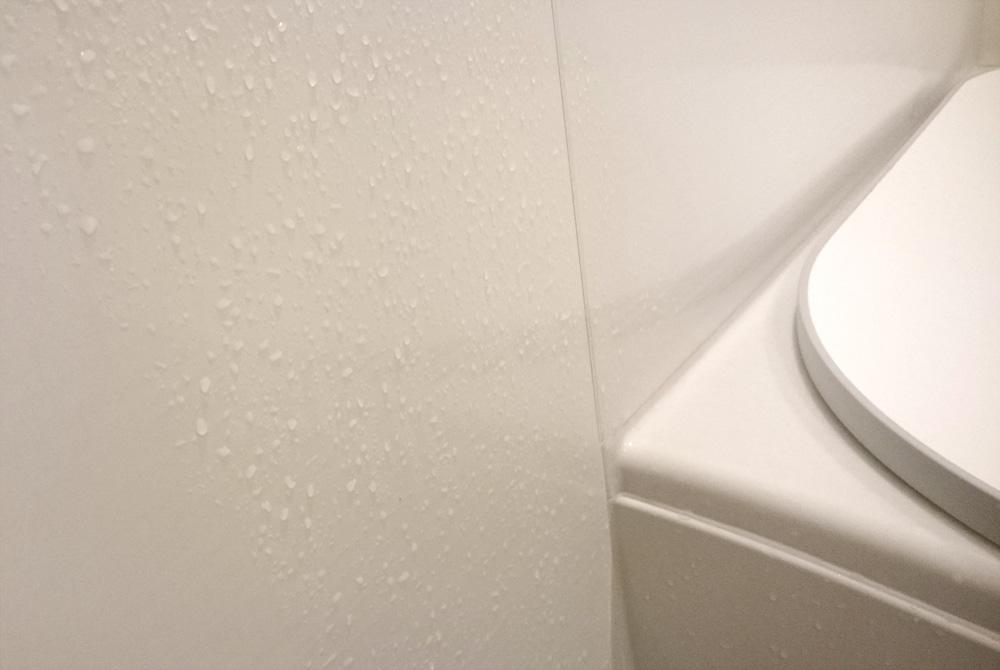 浴室の濡れた壁