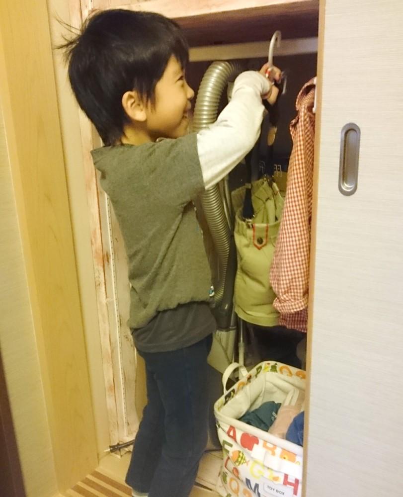 服をかける息子
