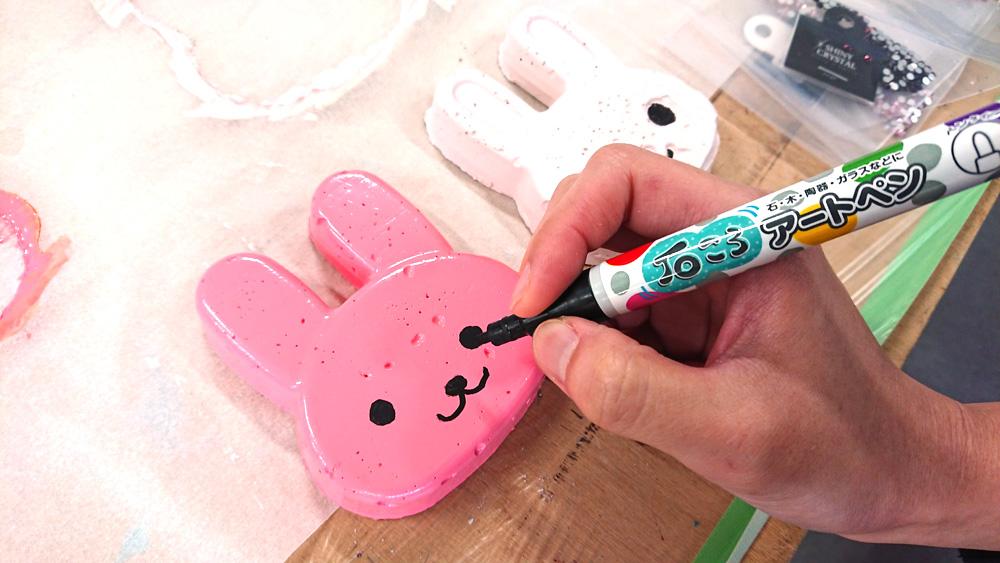 ペンで顔を描く