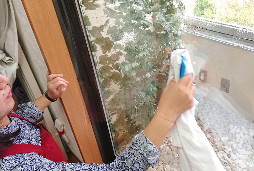 窓ガラス飛散防止フィルムを貼る