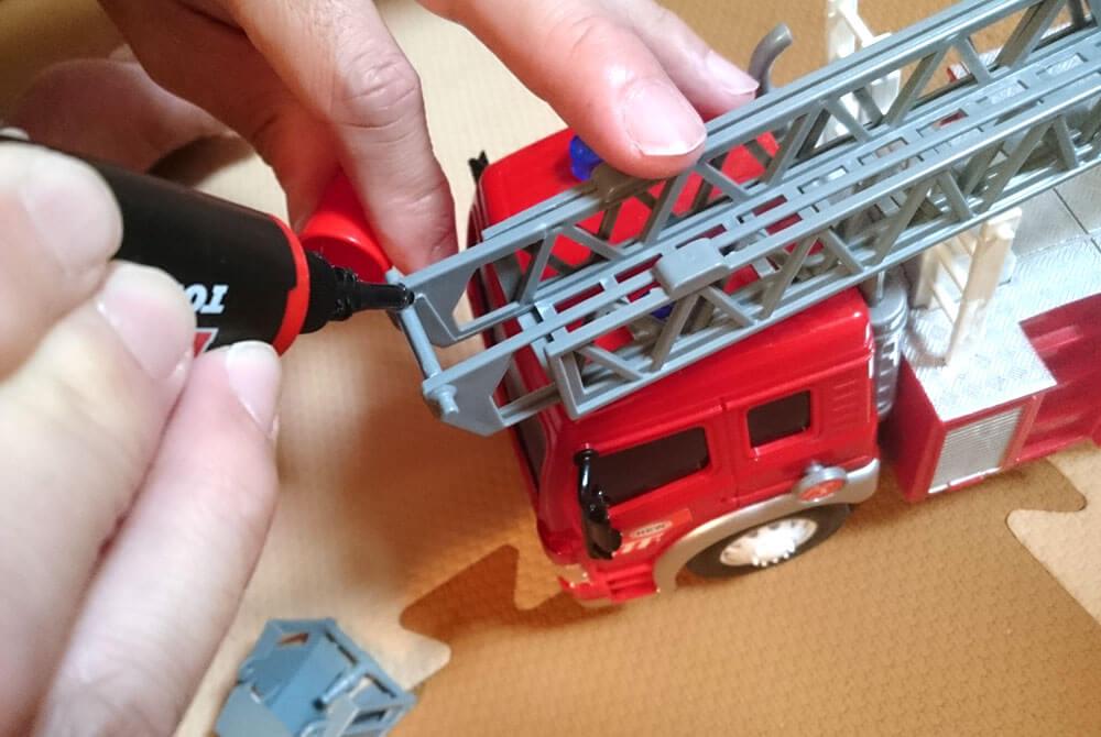 UVリペアペンで消防車のおもちゃを直す