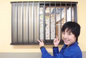窓を開けても外から部屋が見えない、面格子窓の目隠し方法