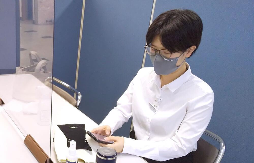 マスクを使っている女性社員