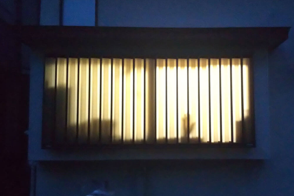 夜、窓から10cm離れた場合