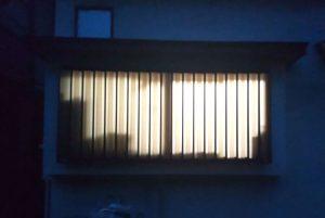 窓を開けて網戸にしても外から見えない、スタッフも愛用の目隠し材
