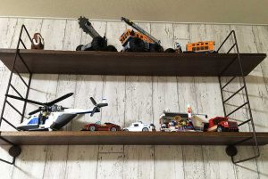 賃貸に取付けOK!DIYした飾り棚にレゴ作品を置く