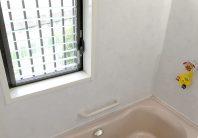 お風呂の窓を目隠しして、安心して入浴できるカンタンな方法