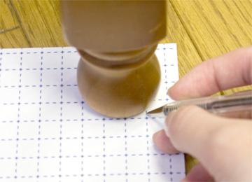 ペンで形をなぞり、ハサミでカット