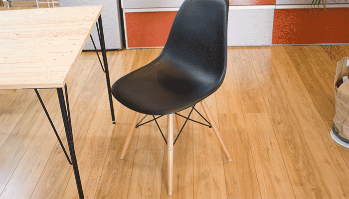 ナナメ脚のデザイン椅子