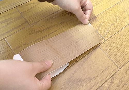 キズかくしテープを空気が入らないように端から丁寧に貼っていきます