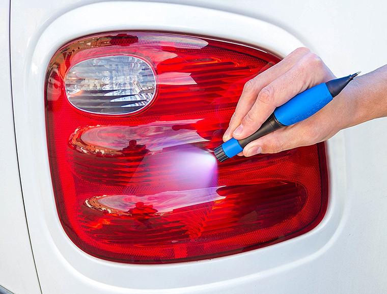 車のテールランプも補修できる「UVリペアペン」