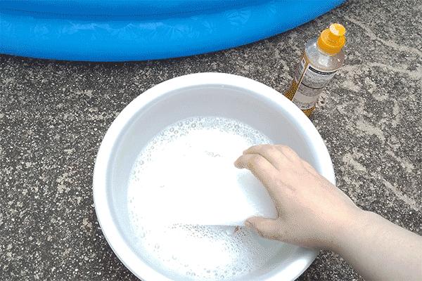 薄めた食器用洗剤とスポンジ