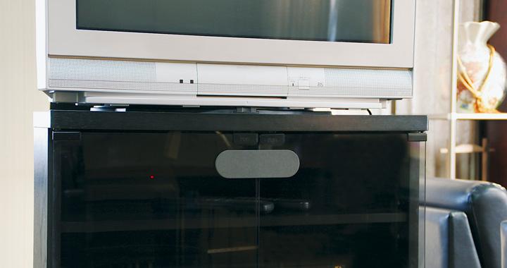 テレビ台の下のキャビネット、タンス、食器棚に
