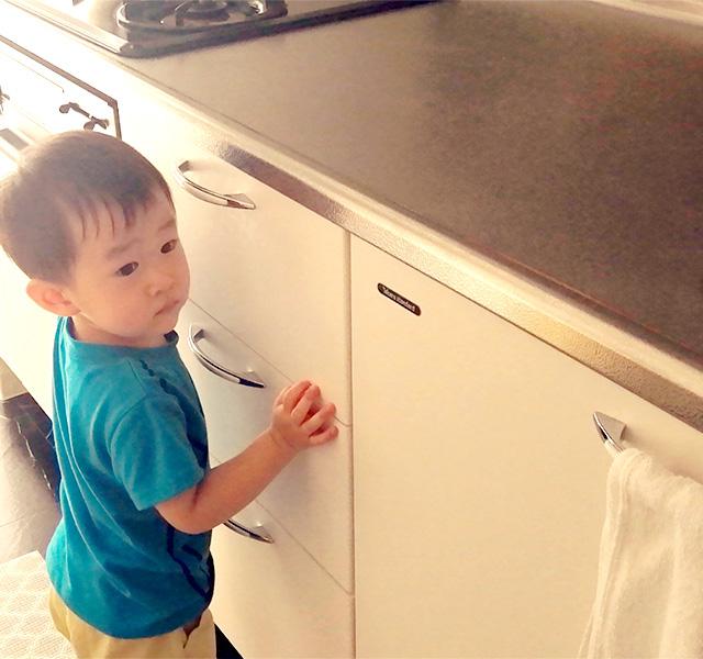 キッチンに立つ子ども