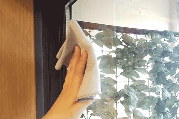 窓ガラスの汚れを拭き取る