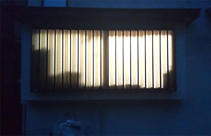 室外から見たマドミランを貼った窓