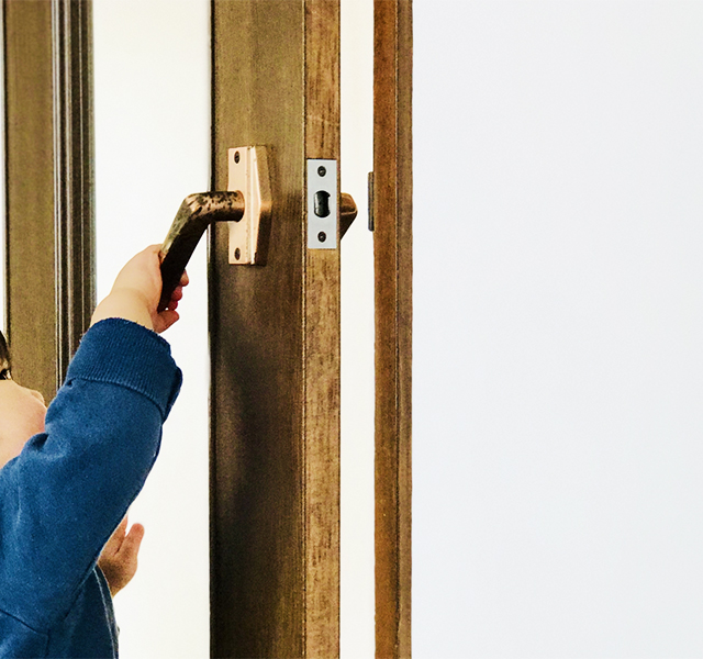 ドアを開ける子ども