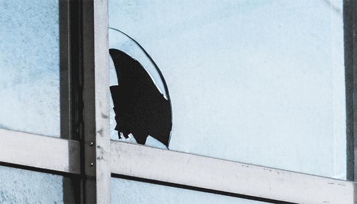 ガラス破りで開いた窓