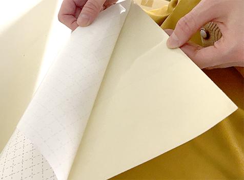貼って剥がせる壁紙シート『デコマ』は壁紙の上から簡単に貼れます。