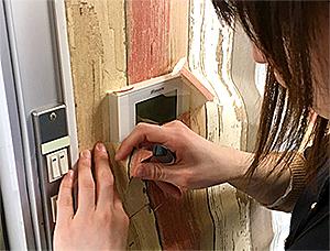 貼って剥がせる壁紙シート『デコマ』のパネルを避ける方法