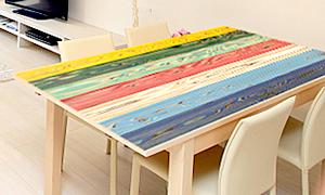 カラフルな塗装木材UROCOを机の天板に使えばオシャレなダイニングテーブルに変身