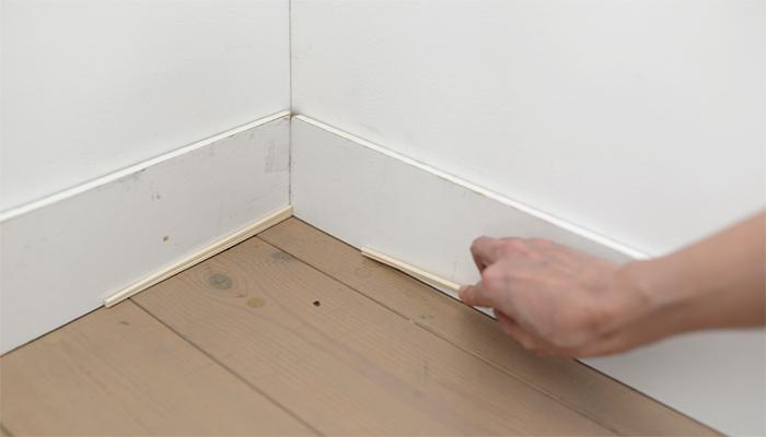 手順2 壁とタイルの隙間を作る